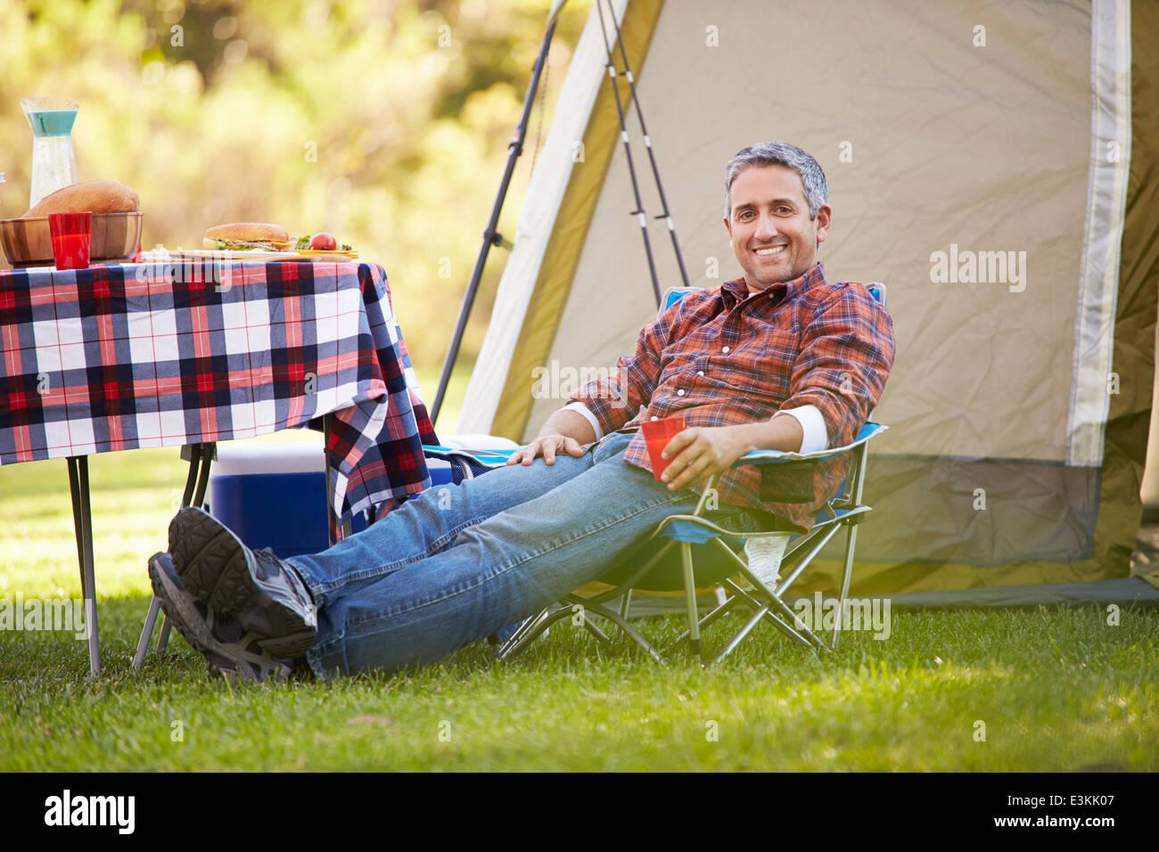 El hombre disfruta de camping vacaciones en campo Imagen De Stock