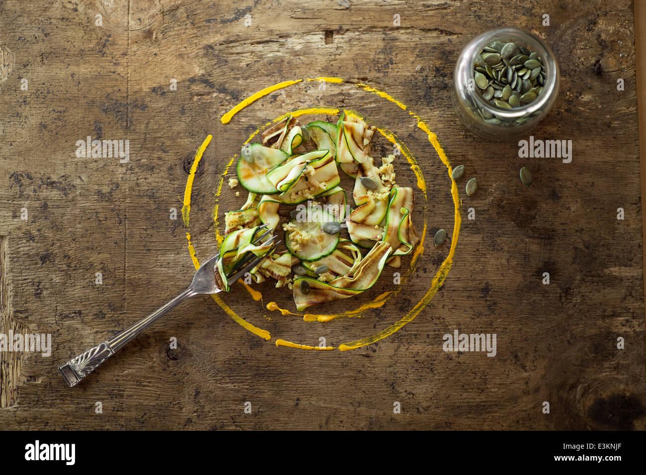 Cinta de calabacín ensalada con semillas de calabaza. Imagen De Stock