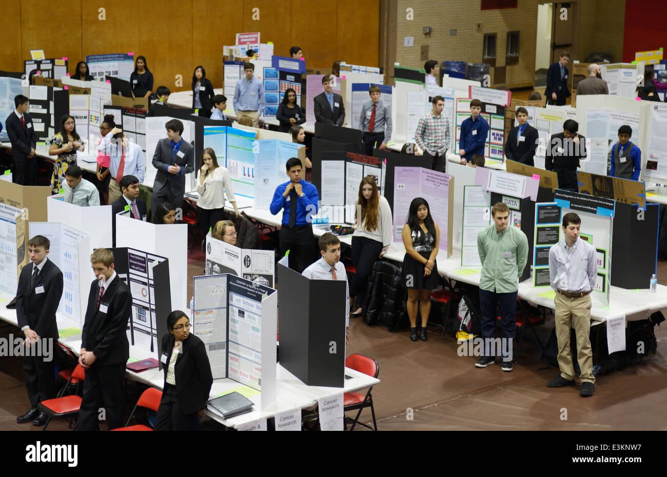 Feria de Ciencias estudiantes esperando por sus investigaciones de carteles para ser juzgados Imagen De Stock