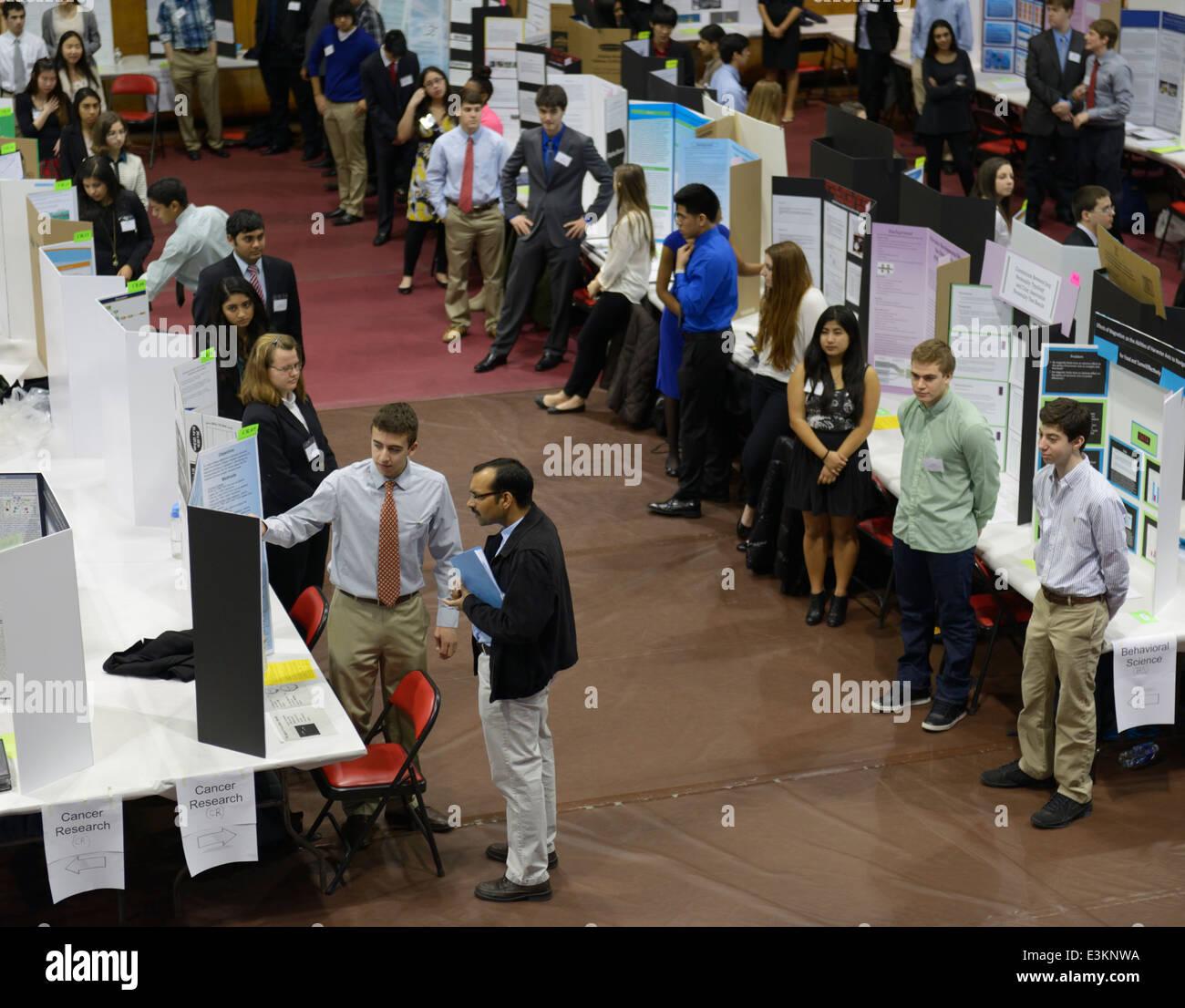 Estudiante de la High School secundaria explica su proyecto de investigación para una feria de ciencias juez, Imagen De Stock