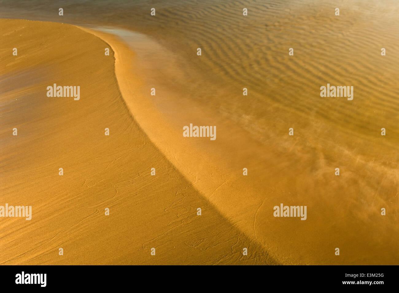 La arena, el agua y el tiempo en el Lago Superior, Michigan, EE.UU. Foto de stock