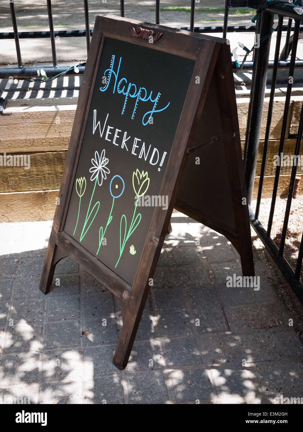 Un signo exterior que dice: Feliz fin de semana! Imagen De Stock