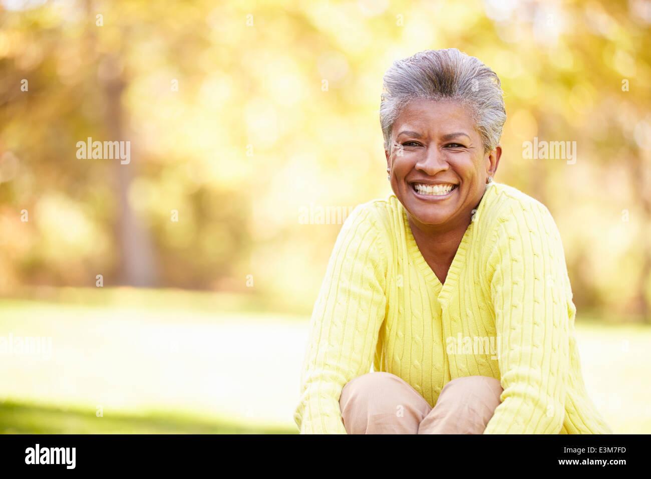 Mujer madura relajante paisaje otoñal Imagen De Stock