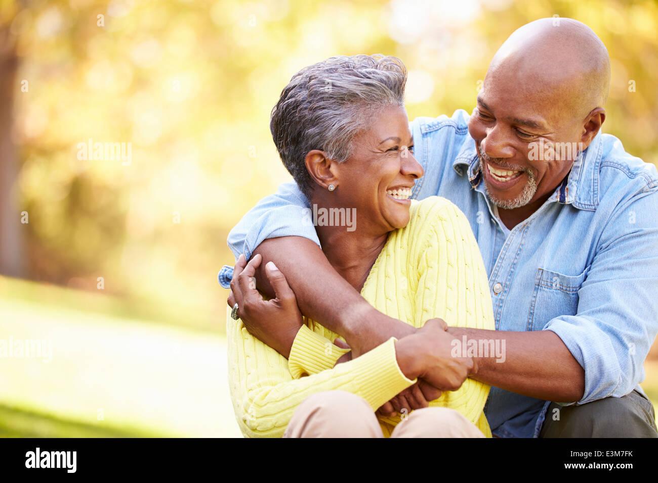 Las parejas ancianas relajante paisaje otoñal Imagen De Stock