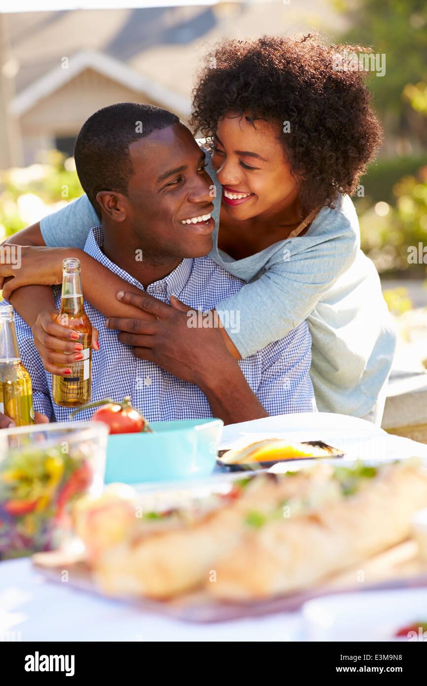 Pareja romántica cena al aire libre en el jardín Imagen De Stock