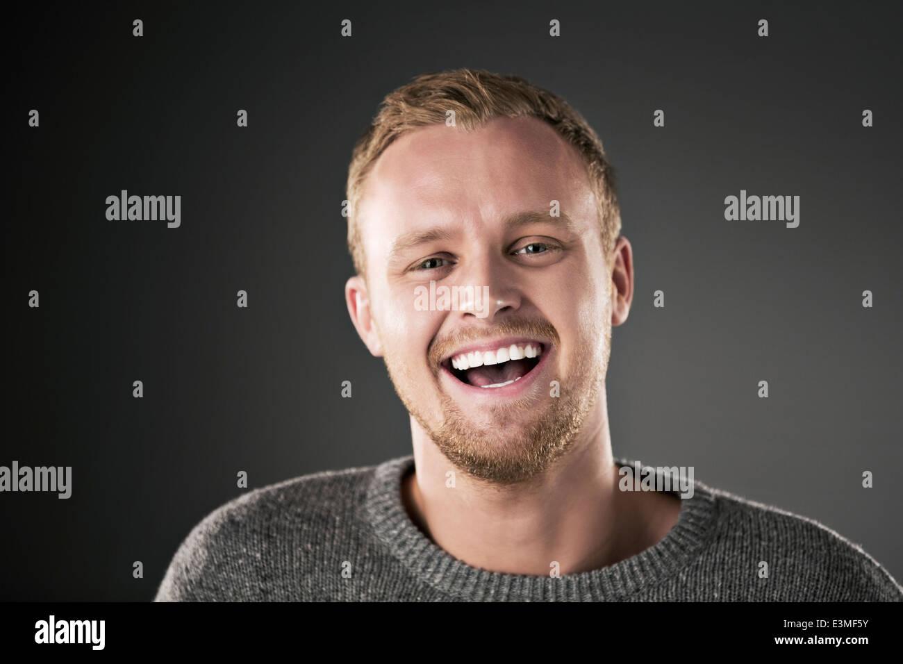 Retrato del hombre ríe Imagen De Stock