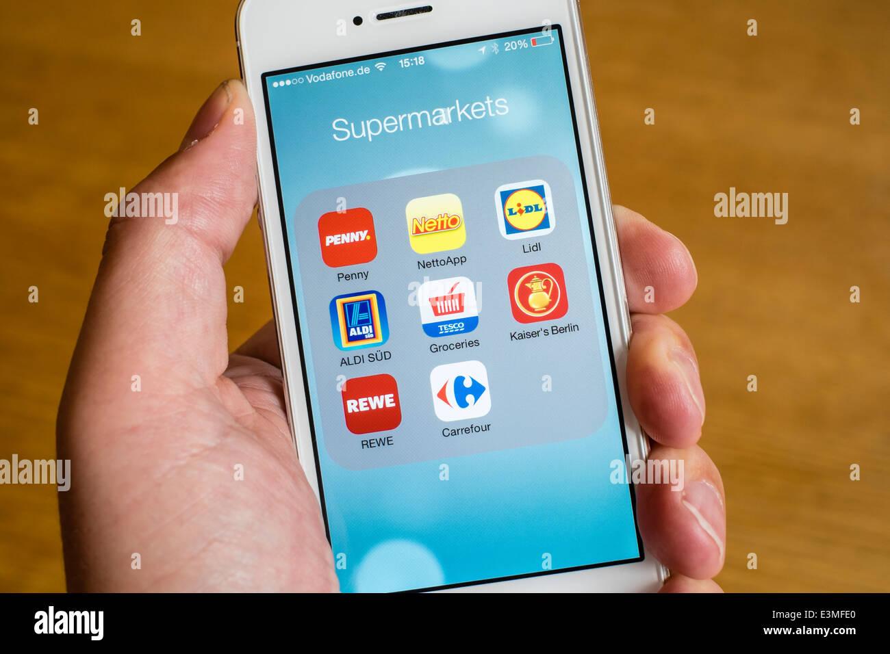 Detalle de muchos supermercados de descuento online shopping apps en el iPhone teléfonos inteligentes. Imagen De Stock