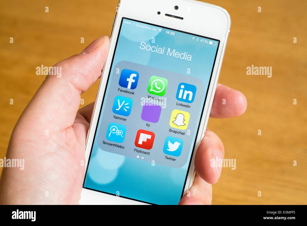 Detalle de muchos medios de comunicación social en el iPhone Apps teléfono inteligente. Imagen De Stock