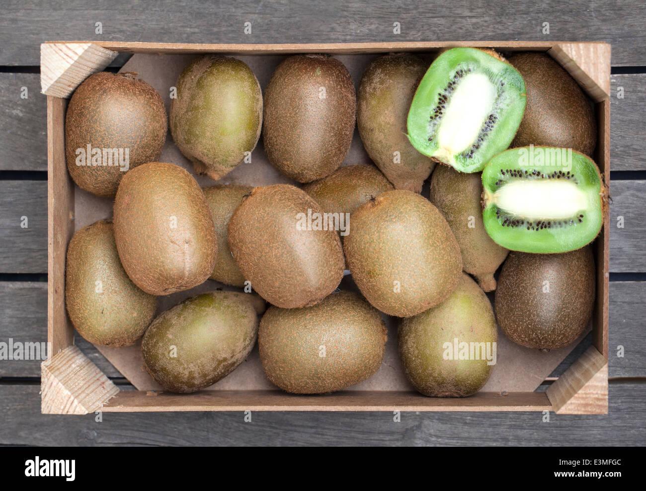 Caja de madera de caja fresca de kiwis Foto de stock