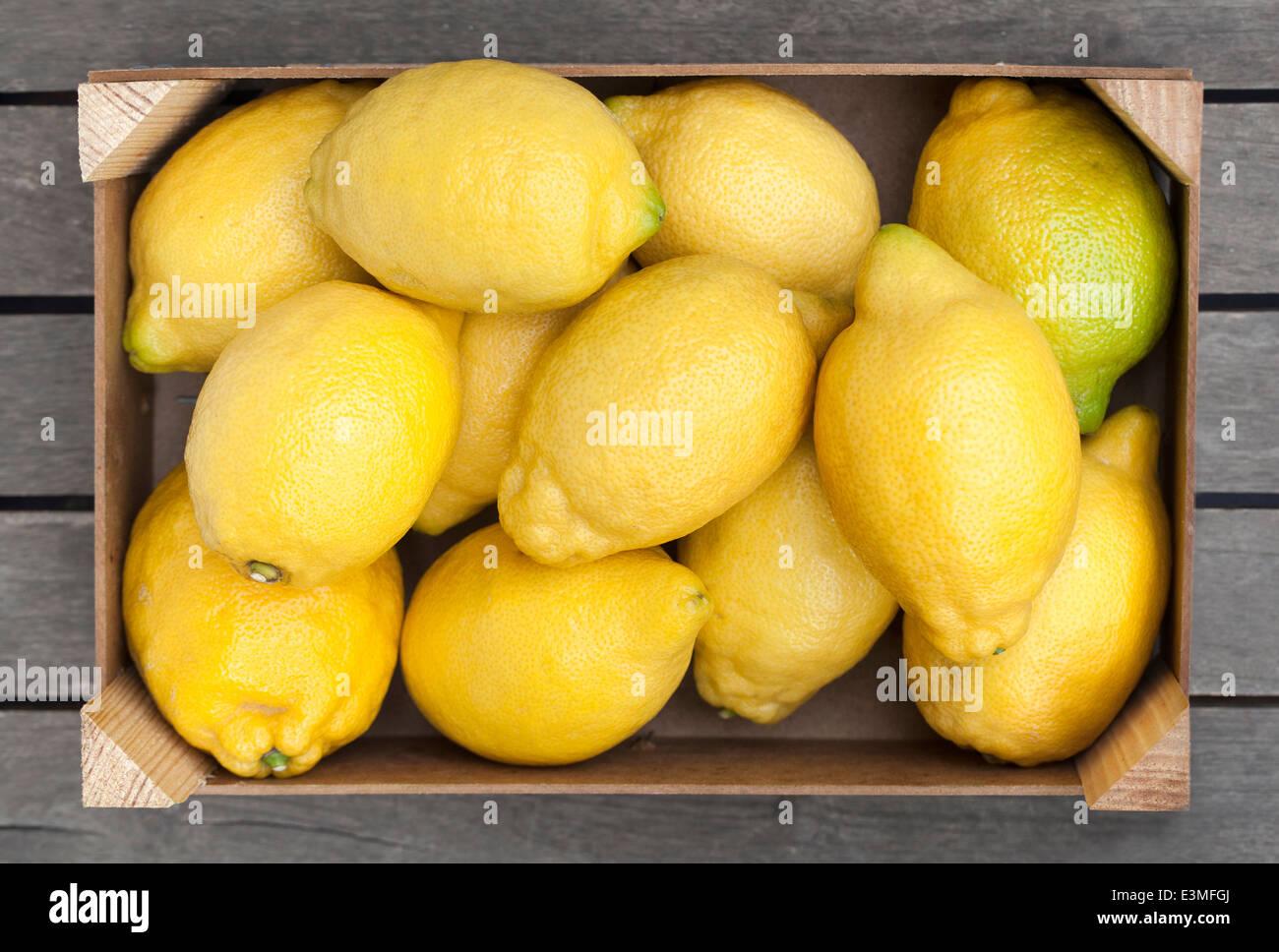 Caja de madera de limones frescos Foto de stock