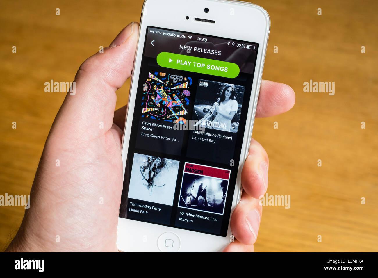 Detalle de Spotify música streaming app en el iPhone teléfonos inteligentes. Imagen De Stock