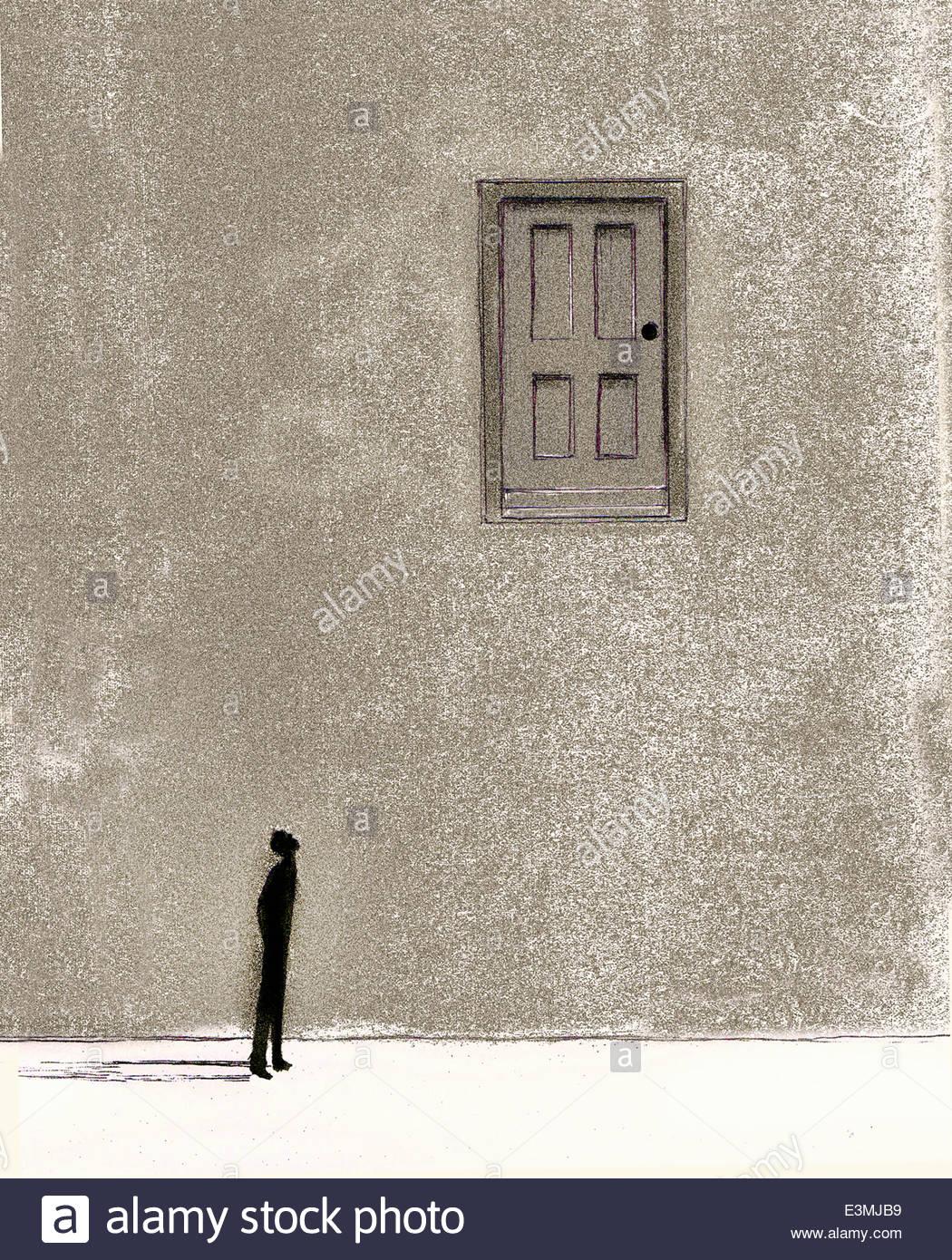 Hombre mirando hacia arriba en la pared de la puerta Imagen De Stock