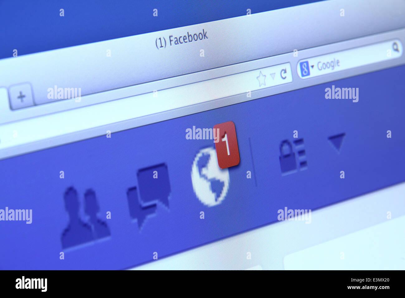 Notificaciones de Facebook en la pantalla de ordenador. Facebook es la red social más grande del mundo Imagen De Stock