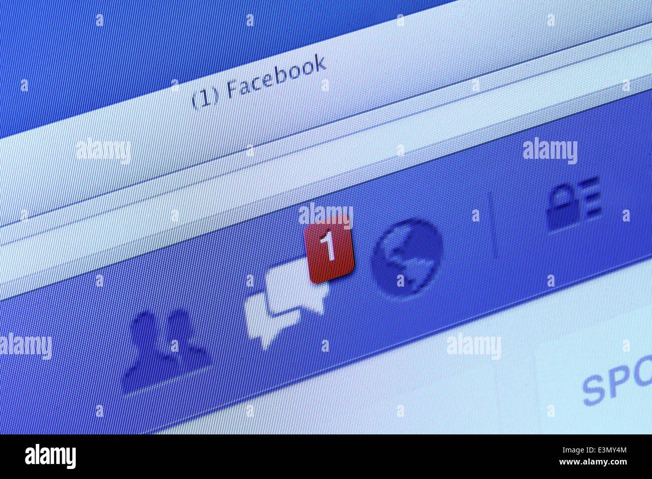Las notificaciones de Facebook, y un mensaje en la pantalla del ordenador. Facebook es la red social más grande Imagen De Stock