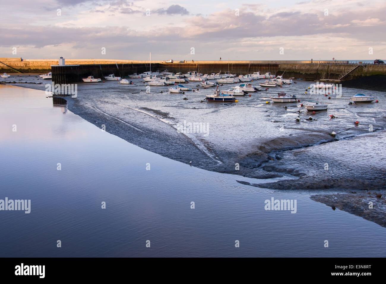Bahía de Port-en-Bessin en marea baja, Normandía, Francia Foto de stock