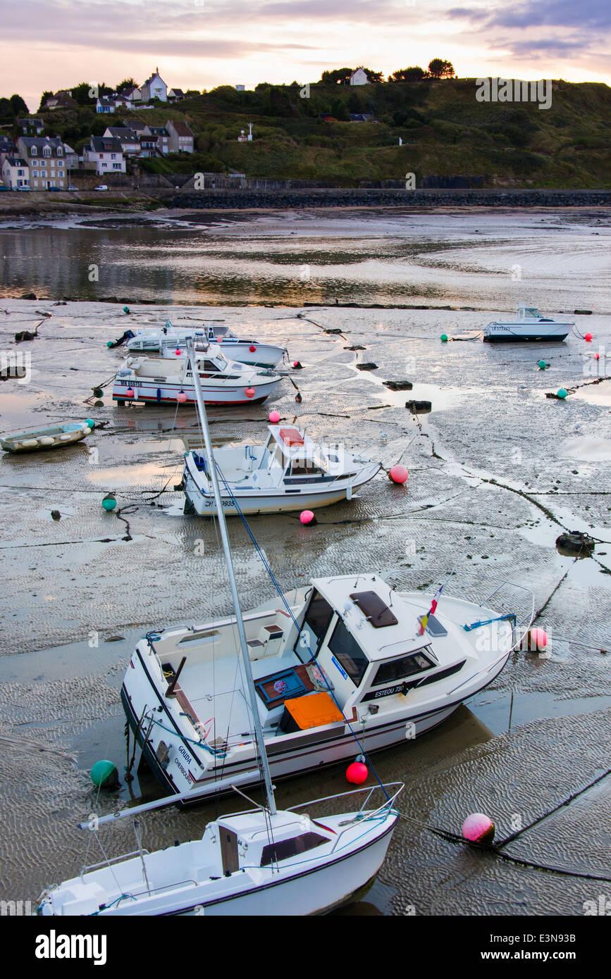 Barcos sentado fuera del agua durante la marea baja, Port-en-Bessin, Normandía, Francia Foto de stock