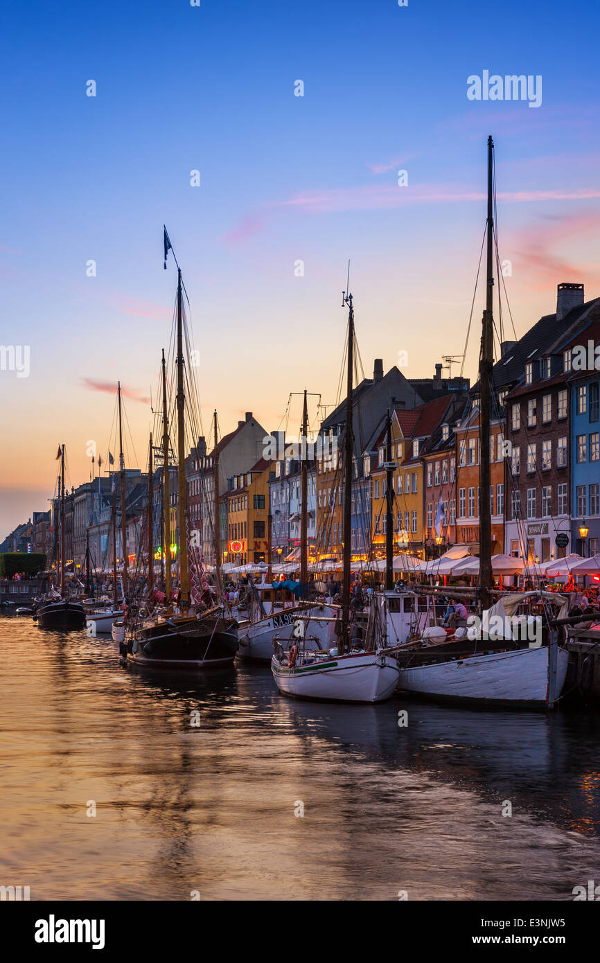 Canal de Nyhavn en la noche, Nyhavn, Copenhague, Dinamarca Foto de stock