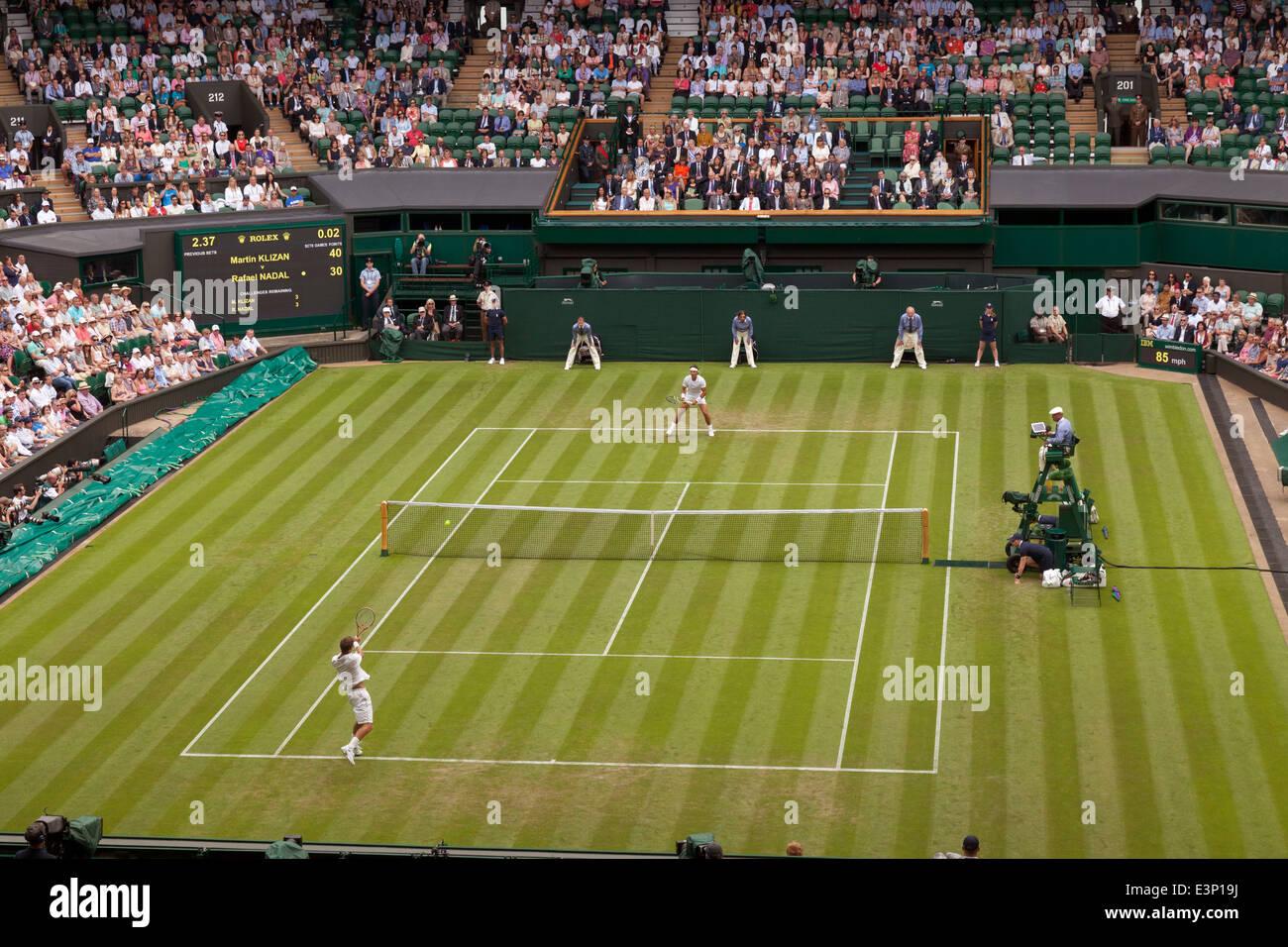 Tenis de Wimbledon - Mens singles tennis match, Campeonato de tenis de Wimbledon 2014, All England Lawn Tennis Club, Imagen De Stock
