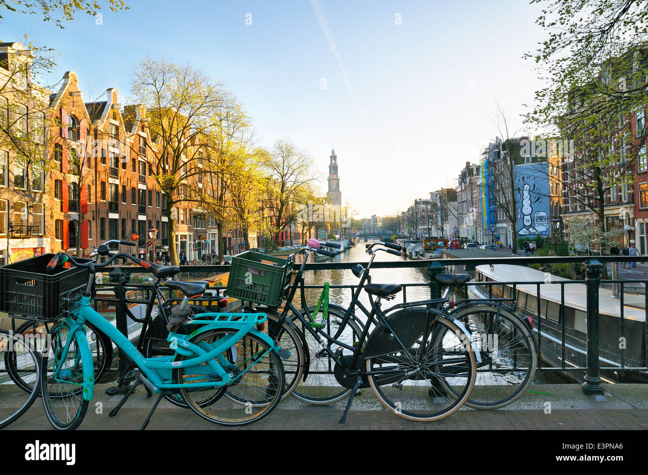 Ver abajo Prinsengracht hacia la torre de Westerkerk, Jordaan, Amsterdam, Países Bajos Imagen De Stock
