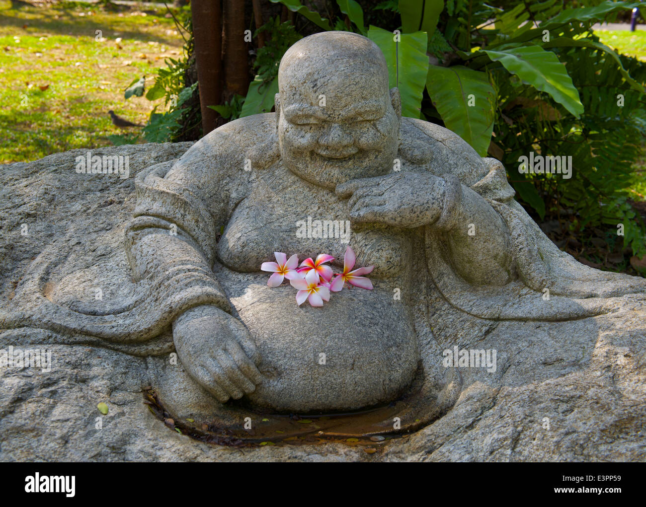 Buda sonriente con frangipani flores en el jard n chino jardines junto a la bah a singapur - Buda jardin ...