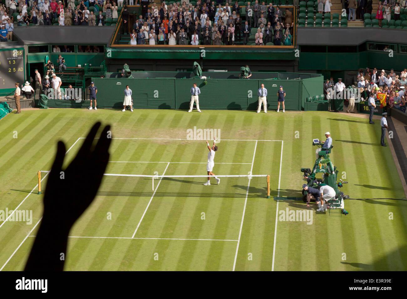Rafael Nadal ganó su primera ronda mens escoge el fósforo en el Campeonato de Wimbledon, en el centro de la Cancha, Wimbledon, Londres, Gran Bretaña. Foto de stock