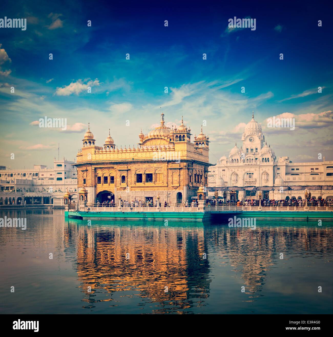 Vintage Retro estilo HIPSTER imagen viajes de India famosa atracción gurdwara Sikh Templo Dorado (Harmandir Imagen De Stock