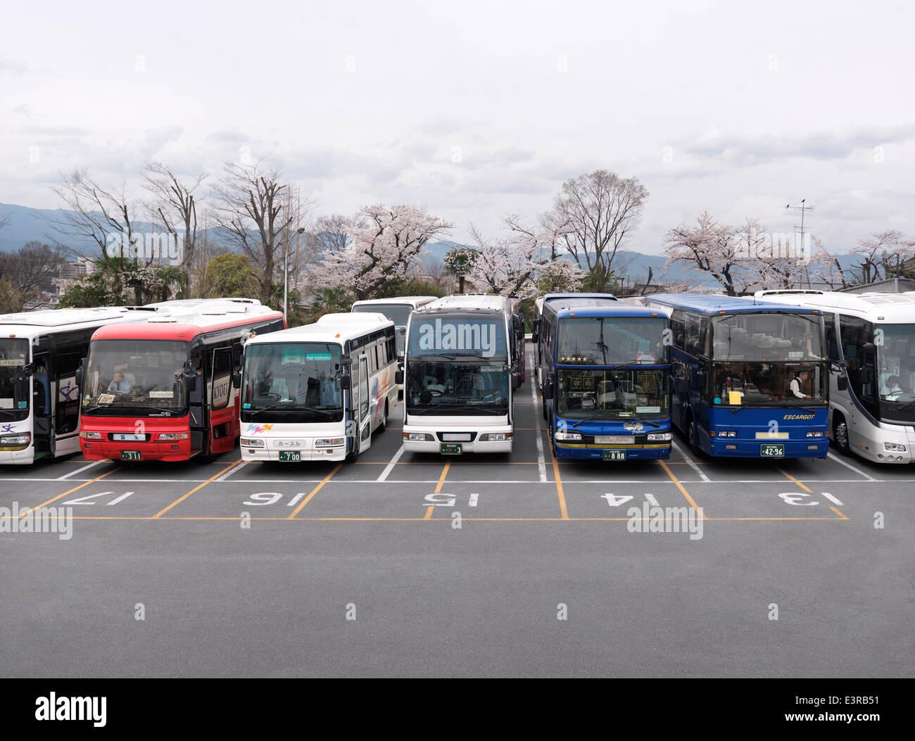 Los autobuses de excursión en un parking n Kyoto, Japón 2014 Imagen De Stock