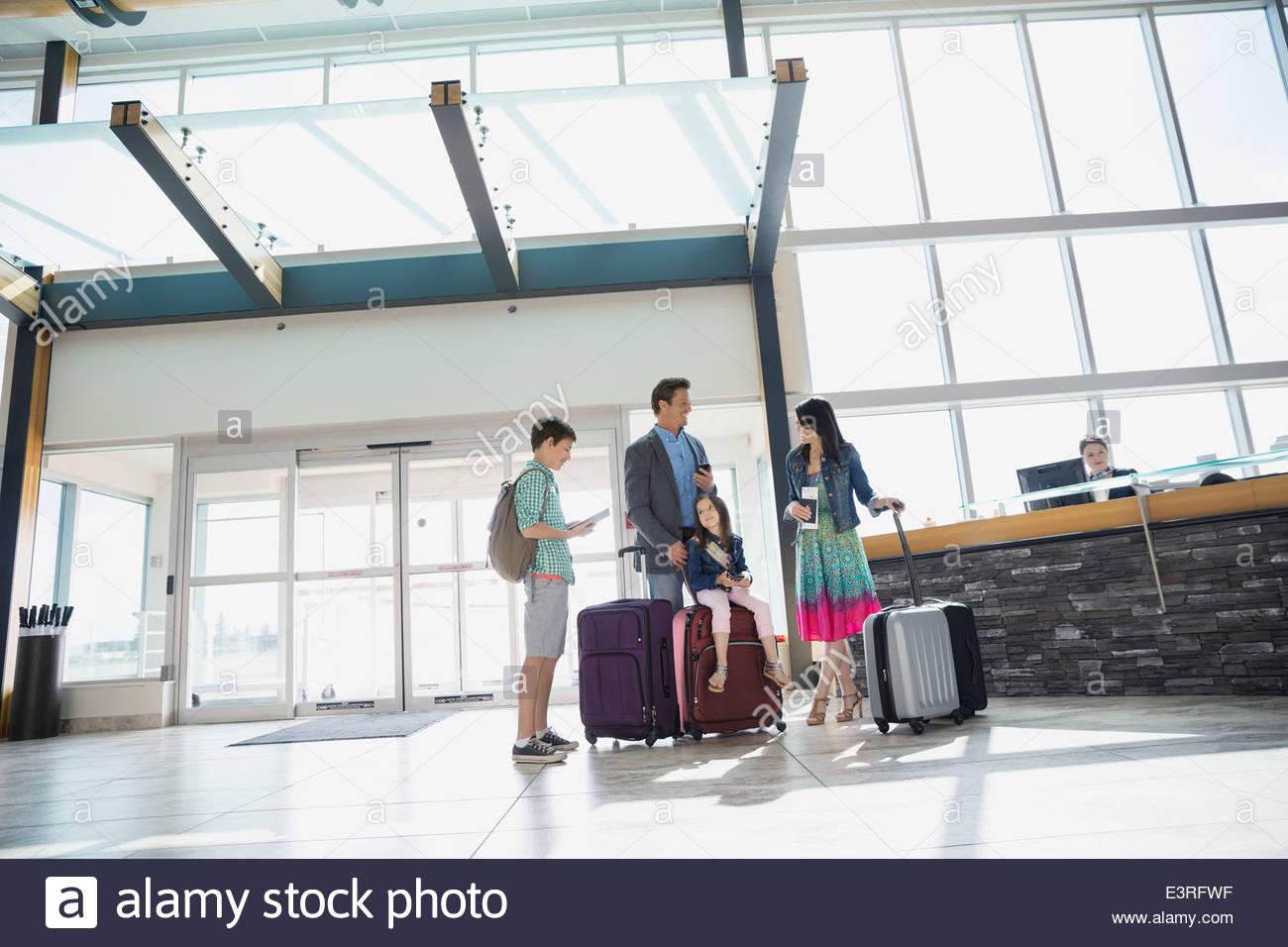 Familia con maletas llegando al aeropuerto Imagen De Stock