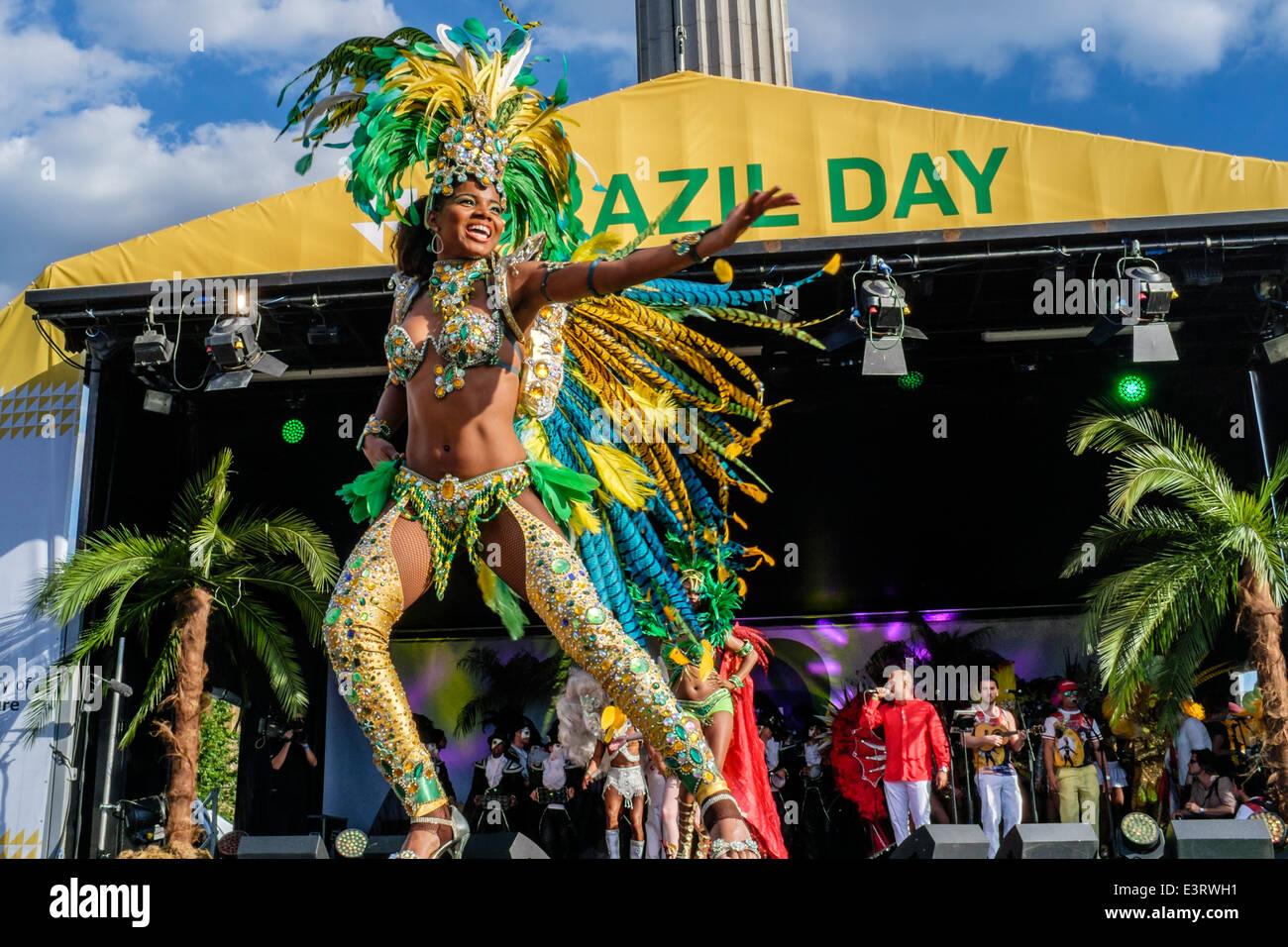 Bailarines de Paraiso escuela de samba realizar en el escenario del Festival del Día de Brasil en Trafalgar Imagen De Stock