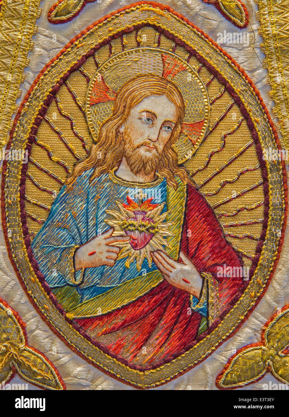 Brujas - La Needelwork de Jesucristo en el corazón robó como parte de viejas católicas casulla en Santa Walburga Foto de stock