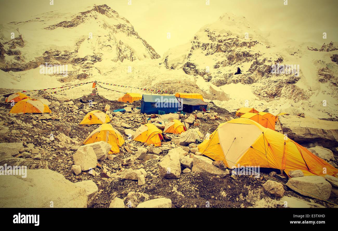 Las tiendas en el campamento base del Everest en días nublados, Nepal, vintage instagram estilo retro. Imagen De Stock