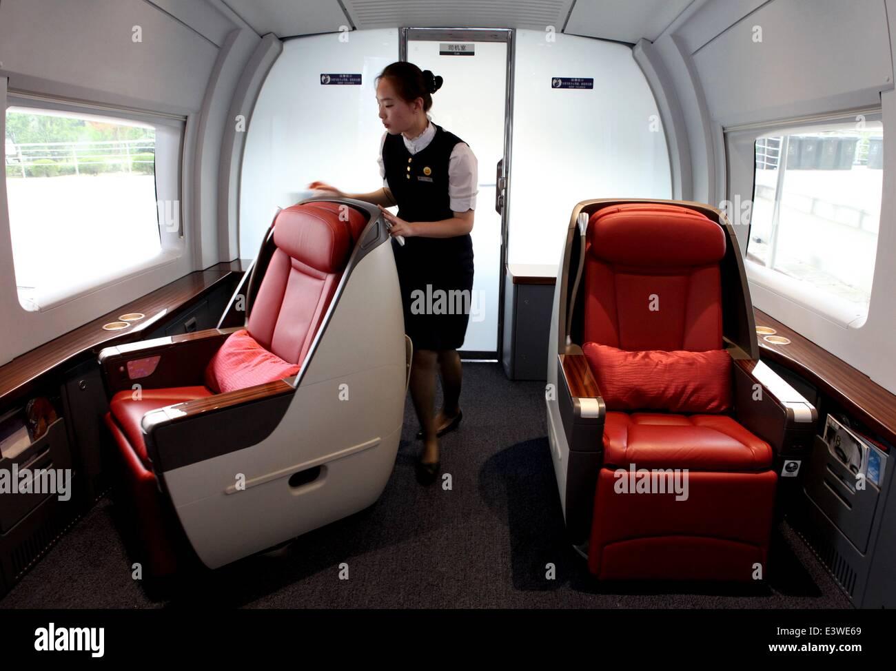 Shanghai. El 30 de junio de 2014. Una operadora ajusta asientos en ...