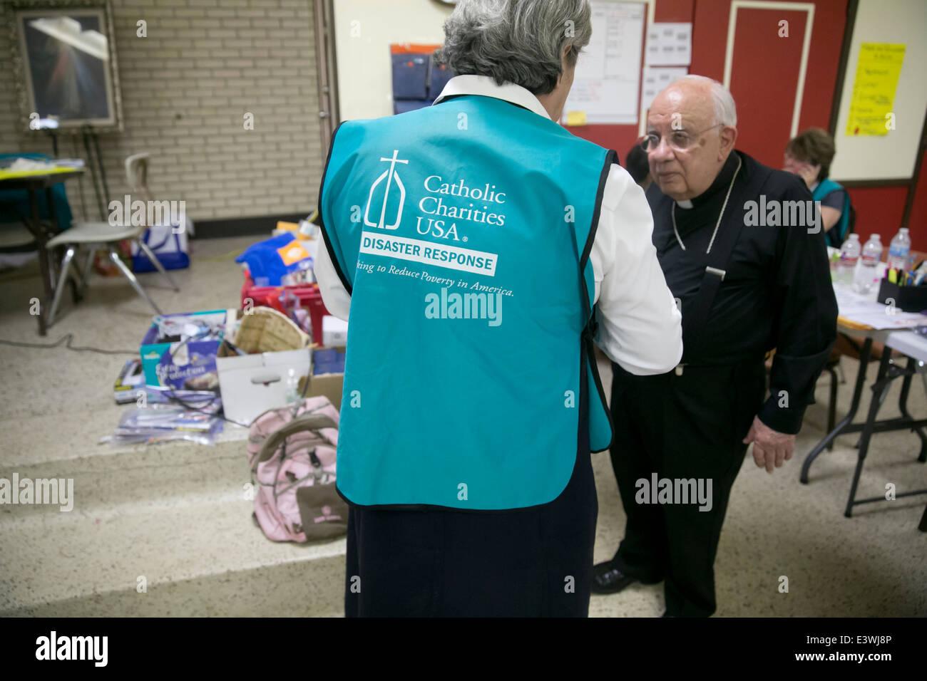 Los voluntarios de la Caridad Católica cobijo en McAllen, Texas. Oleada de inmigrantes procedentes de América Central Foto de stock