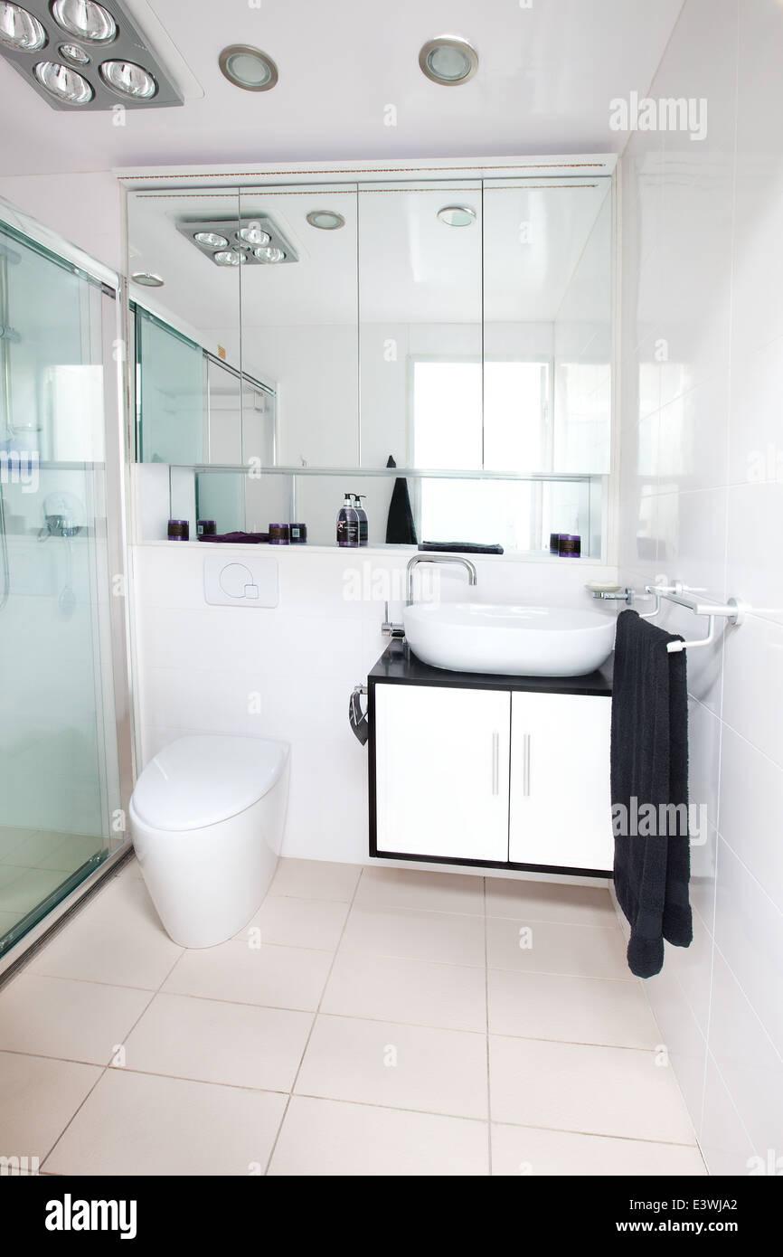 Limpiar compacto y moderno cuarto de baño nuevo comercial ...
