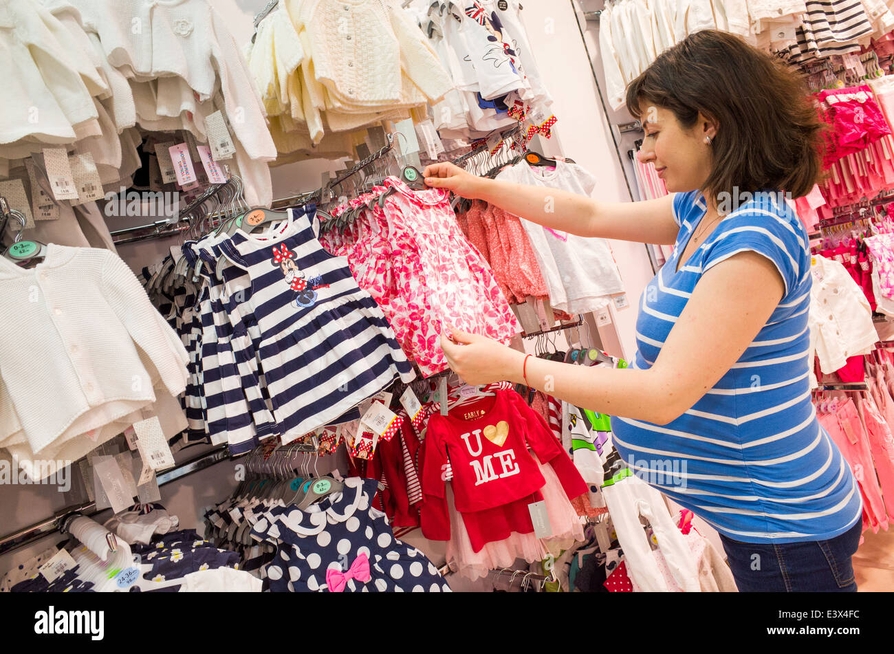 98e66b3b52 Mujer embarazada comprando ropa de bebé en Primark