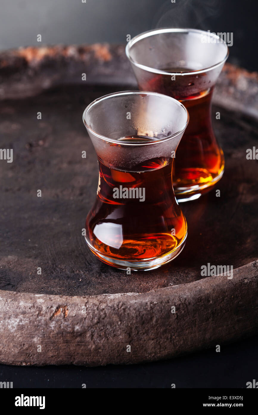 Té caliente en taza de té turco sobre fondo oscuro Imagen De Stock