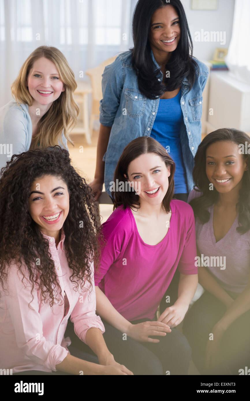 Mujer sonriendo juntos en el salón Foto de stock