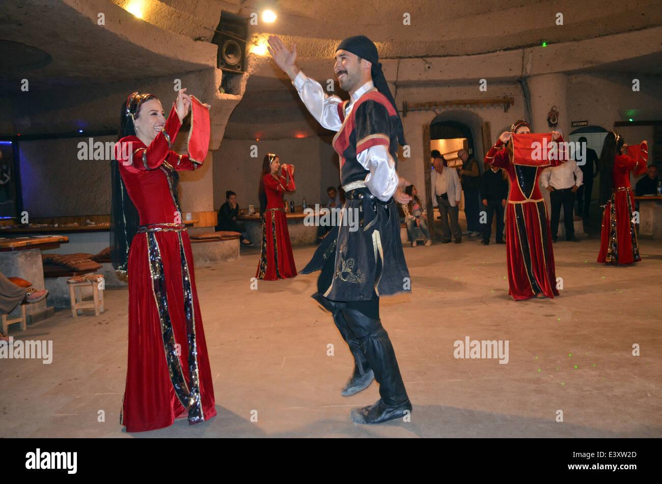 Una velada de entretenimiento dancingand después de visitar las casas de cuento thefairy &Iglesias de Capadocia.Son Imagen De Stock