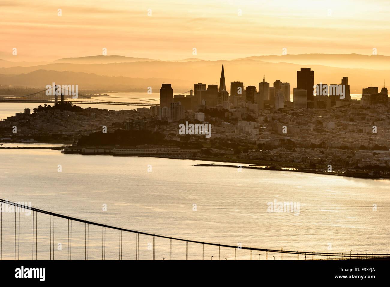Silueta de rascacielos de la ciudad de San Francisco al atardecer, San Francisco, California, Estados Unidos Imagen De Stock