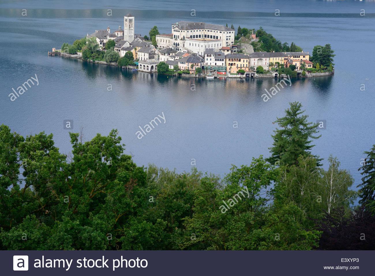 Isla de San Giulio. Pequeña isla en un lago alpino en el norte de Piamonte, Italia. Imagen De Stock