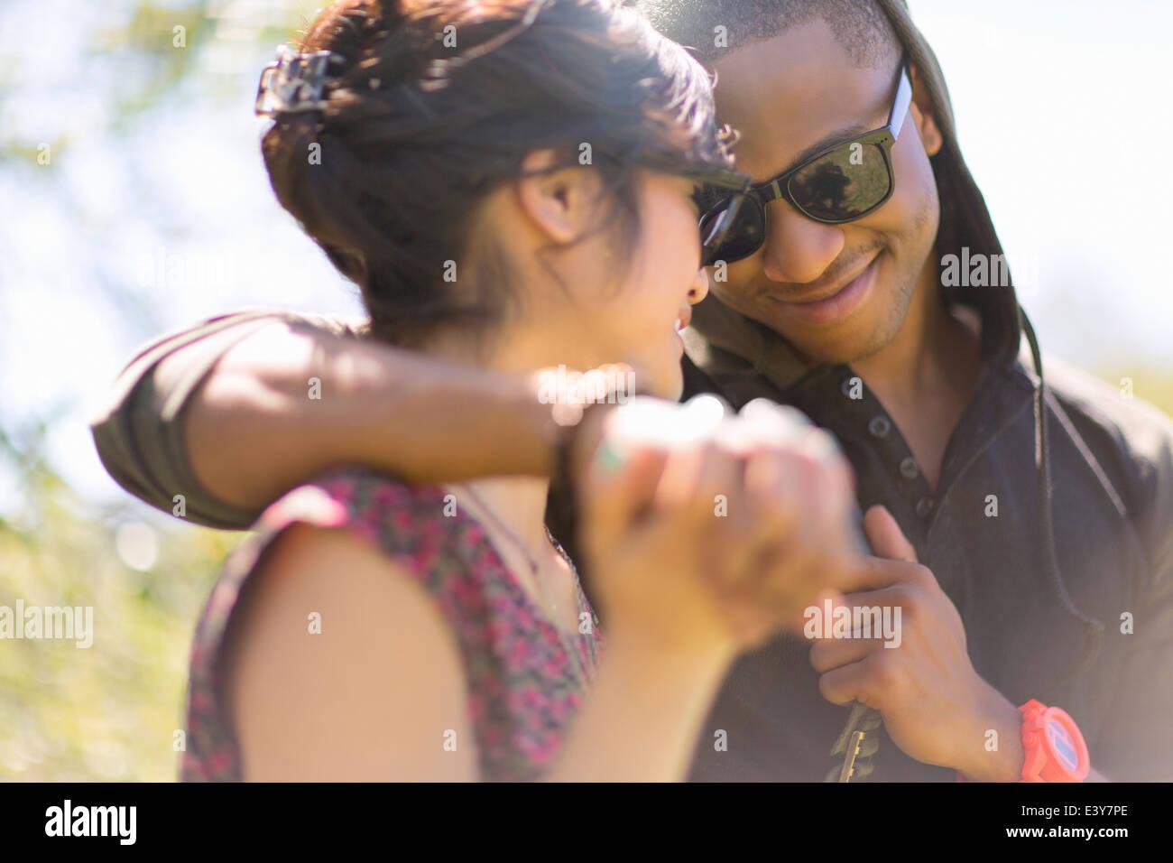 Cerca de la romántica pareja joven manos Foto de stock