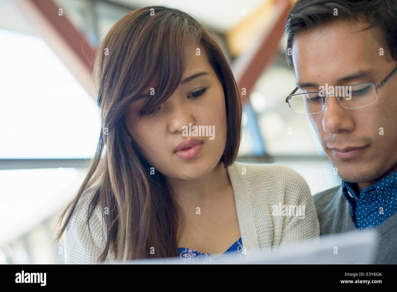 Pareja joven concentrando, Retrato Foto de stock