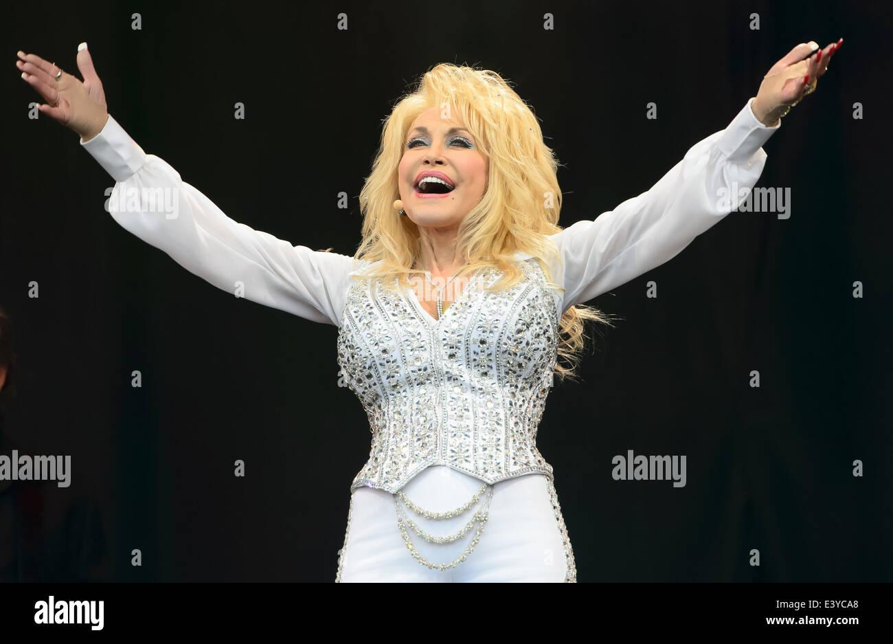 Dolly Parton actúa en el festival de música de Glastonbury, Inglaterra, el domingo, 29 de junio de 2014. Imagen De Stock