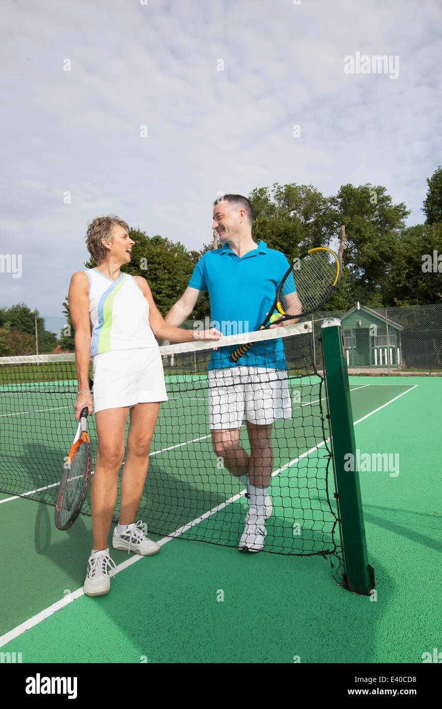 Pareja conversando sobre tenis net. Foto de stock