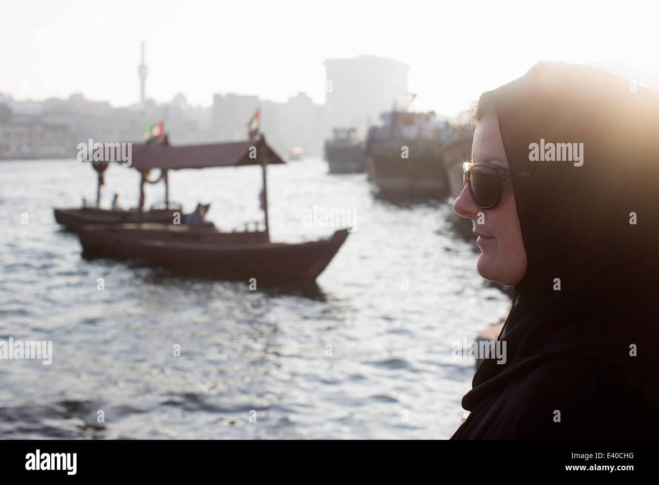 Mujer Árabe esperando que abra en Dubai Creek Foto de stock