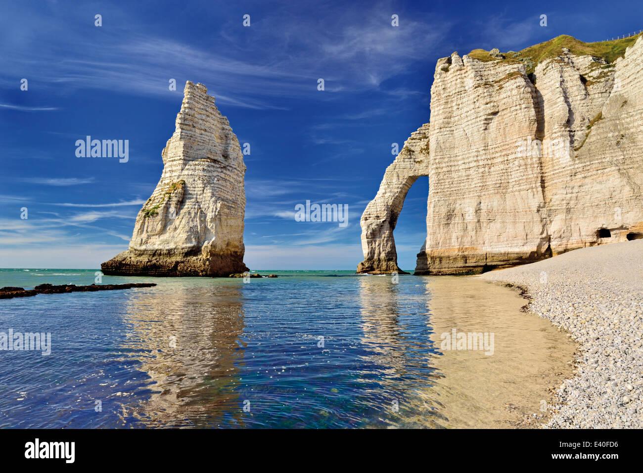 Francia, Normandía: arco de roca de Playa Etretat Foto de stock