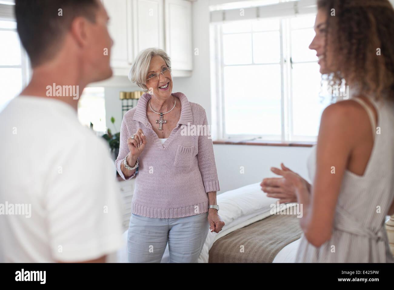 Mujer Senior pareja rectores en apartamento de vacaciones Imagen De Stock