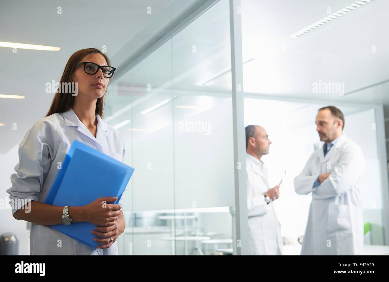 Los médicos en el trabajo en la oficina Foto de stock