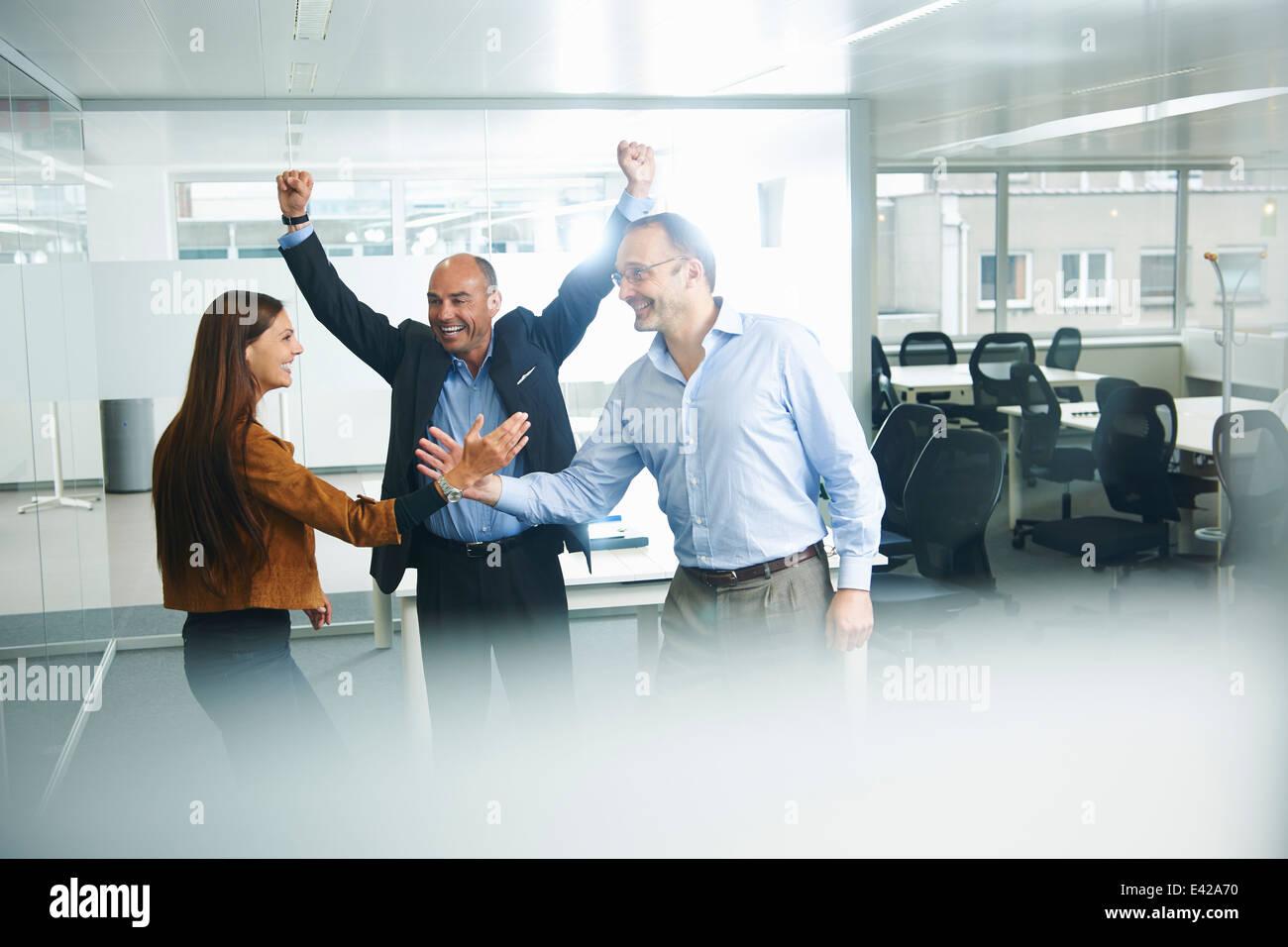 Empresarios vítores en Office Imagen De Stock