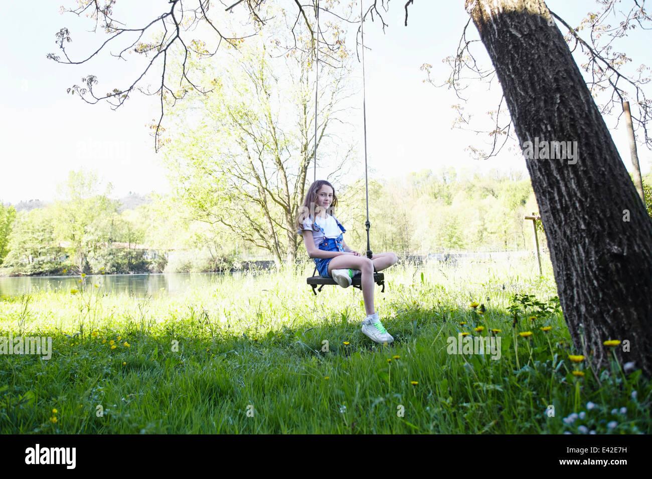 Chica en el columpio en el árbol, Retrato Foto de stock